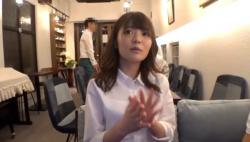 【カフェで働く彼女は実は淫乱!?】同じカフェで働くアルバイトの娘を撮影に誘ったらOKもらいました♡デカチンをしゃぶるのが大好きな彼女がじゅぽじゅぽむしゃぶりつく♪の画像