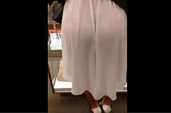《高画質》盗撮 【透けスカート】~「デパ地下」で 買い物をする「若奥様」~白の「スカート」が透けて、赤い「パンツ」がエロ~い!!の画像
