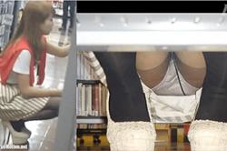 《高画質》盗撮【パンチラ】~「CDショップ」で「ミニスカ」女子の「スカート内」を「正面」「逆さ」撮り~「生パンツ」&「太もも」~!!の画像