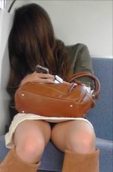 電車でミニスカのお姉さんが居眠りしてパンチラしてるの画像