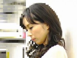 【盗撮動画】痴漢に陰部を弄り倒されて花弁をイヤらしく濡らしたセールスレディのお姉さん♪の画像