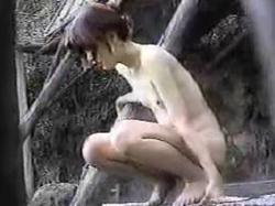 【盗撮動画】こいつはとんだハプニング!露天風呂で尿意に襲われた女子の大胆放尿が記録される♪の画像