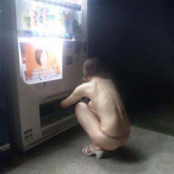 【!】自動販売機とかいう露出狂ホイホイの誘引力WWWWの画像