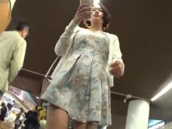 【隠撮動画】イイ女ばっかり尾行してんじゃん!!!美人ギャルを追い回しながらのパンチラ撮影が最高!