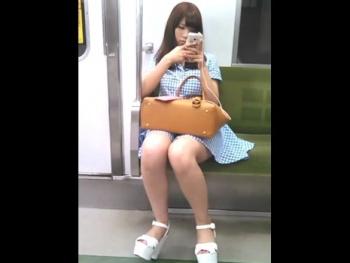 【隠撮動画】超かわいい素人ギャルが電車対面に座ったらパンチラ期待して股間を覗くだけwww