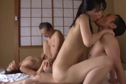 【エロ動画 人妻】 熟年夫婦のスワッピングがエロすぎて抜いたwwwの画像