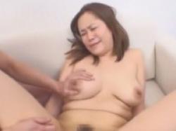 【素人熟女ナンパ】だらしない体の四十路奥様が男優二人と最後は3P中出しセックス!の画像