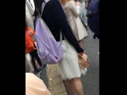 カリ:坂系JDちゃん、スカート裏地がずり上ってパンツが透け透け状態に!【Pcolleレビュー】の画像