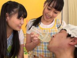 【痴女】「先生の栄養がたっぷりでちゅよ」保育士さんのオシッコを哺乳瓶に入れて飲ませる赤ちゃんプレイ!放尿したてのホカホカオシッコをごくごく飲んじゃう!(月野ゆりあ,橘かれん)の画像