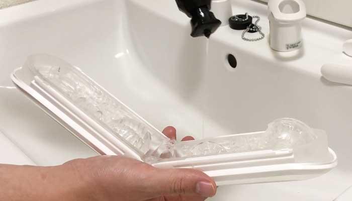 TENGA FLIP 0に洗剤を垂らしている画像