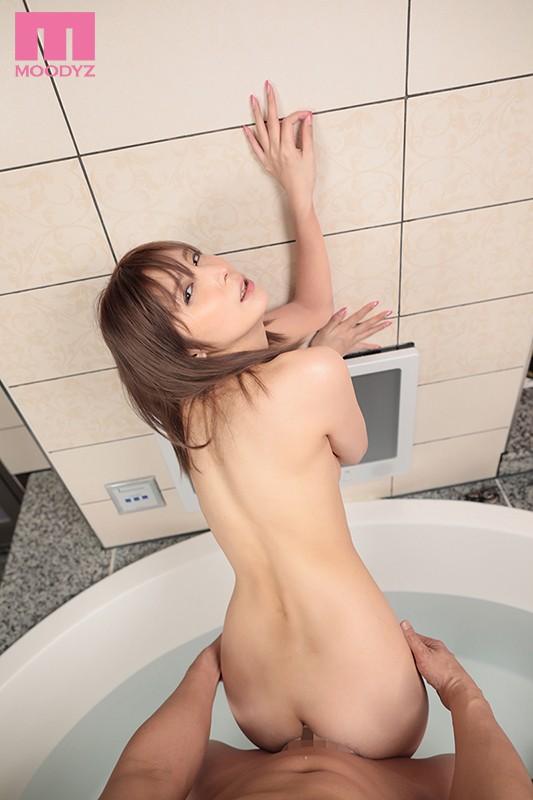 お風呂で立ちバックをする仲村みうさん